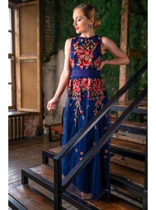 Вечернее платье, украшенное вышивкой