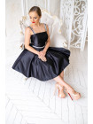 Чёрное атласное платье с пышной юбкой
