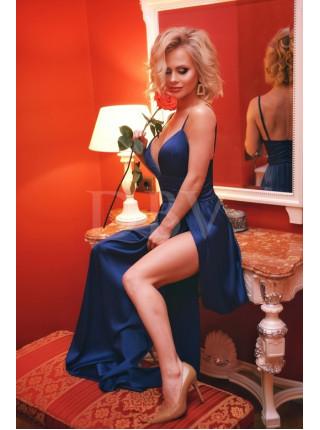 Атласное платье с высокими разрезами