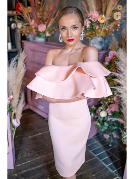 Пудровое платье с крупными воланами на бюсте