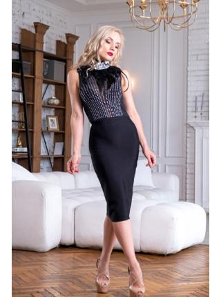 Бандажное платье с камнями и перьями