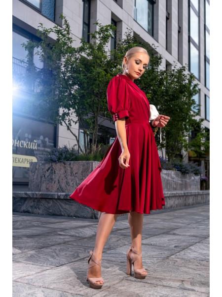 Атласное платье на запах с пышной юбкой бордовое