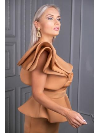Бежевое платье миди с воланом на одно плечо