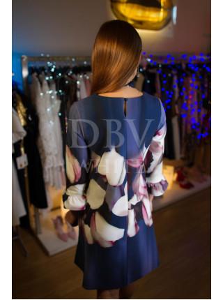 Свободное платье-трапеция с крупным цветочным принтом