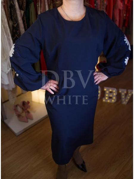 Платье Plus size длины миди с вышивкой на рукавах